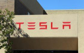 Insegna sede Tesla a Palo Alto