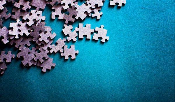 Pezzi di puzzle su sfondo blu