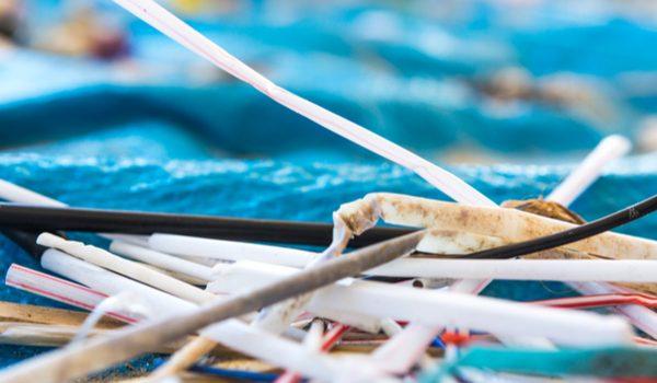 Rifiuti in plastica sulla spiaggia