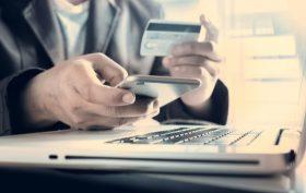 Uomo d'affari che effettua un pagamento online