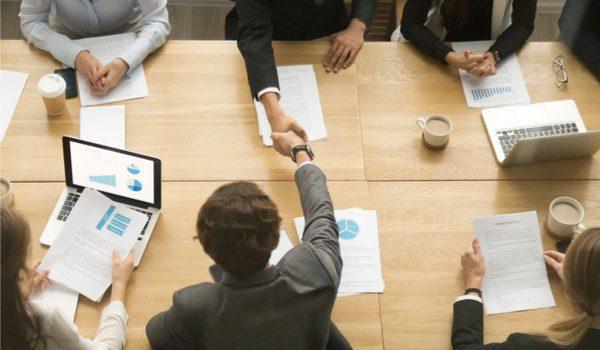 persone impegnate in una riunione di lavoro