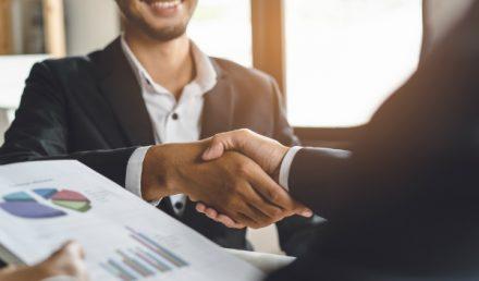 Due uomini che si stringono la mano_supply chain management efficace