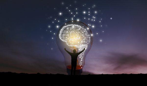 persona con lampadina che simboleggia l'innovazione che nasce dalla necessità