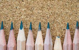 matite con la punta tranne una nel mezzo
