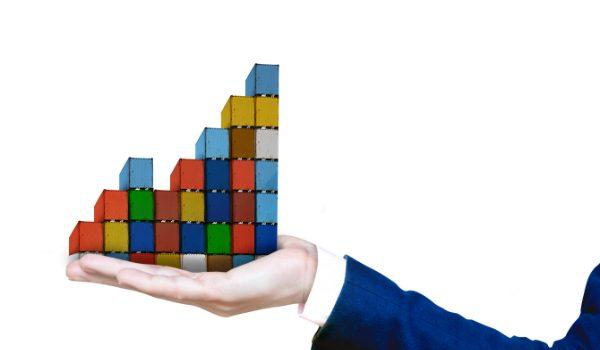 mano che regge container simboleggia la gestione della supply chain