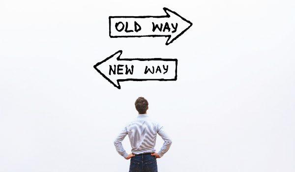 uomo davanti a due frecce che simboleggiano il vecchio e il nuovo e i cambiamenti del procurement