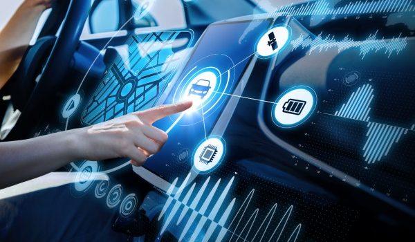 mano e schermo digitale dentro a una macchina